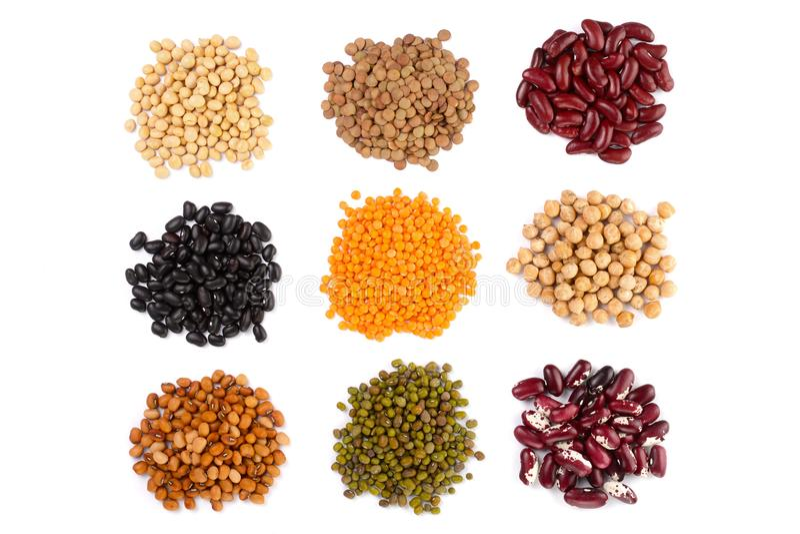 Inkasowy ustawiający Różnorodne wysuszone cynaderek legumes fasole, soje, soczewicy, chickpeas zamyka w górę odosobnionego na bia zdjęcia stock