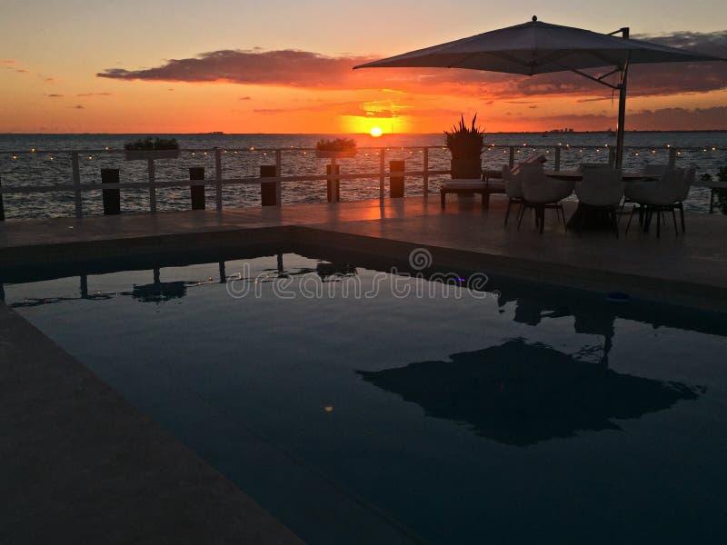 InKey Biscayne de coucher du soleil de maison de bord de mer avec la piscine et la terrasse image libre de droits