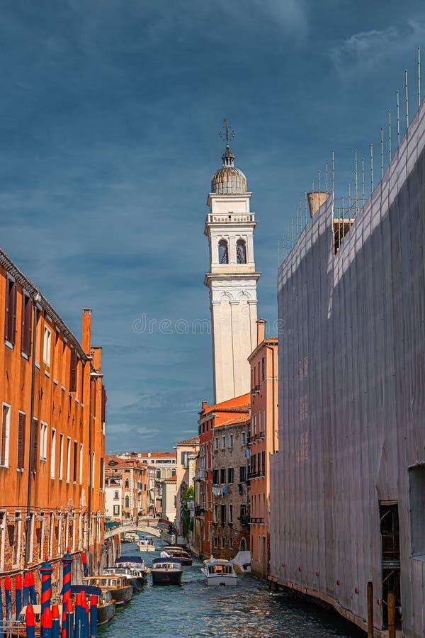 Inklavierter Glockenturm der griechischen Kirche Saint George dei Greci in Venedig, Italien, Einzelheiten stockfotos