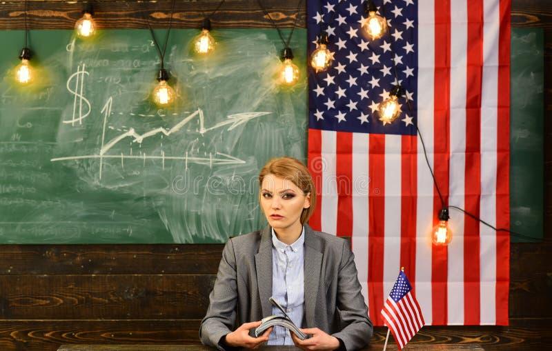 Inkomen planning van het beleid van de begrotingsverhoging Amerikaanse onderwijshervorming op school in 4 juli Vrouw met dollarge royalty-vrije stock afbeeldingen
