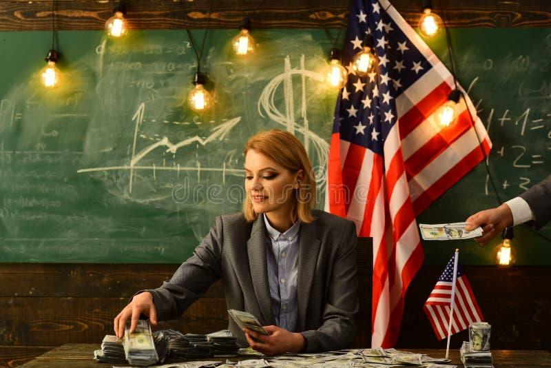 Inkomen planning van het beleid van de begrotingsverhoging inkomensconcept met vrouw bij Amerikaanse vlag royalty-vrije stock afbeeldingen