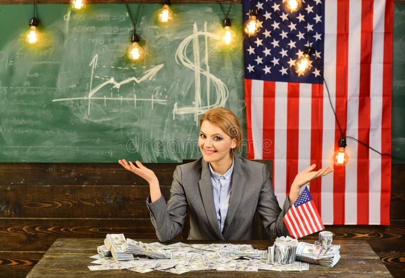 Inkomen planning van het beleid van de begrotingsverhoging inkomensconcept met vrouw dichtbij Amerikaanse vlag royalty-vrije stock foto's