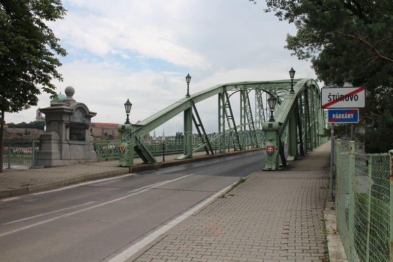 Inkomend aan Maria Valeria-brug tussen Hongarije en Slowakije van Slowaakse kant, de rivier van Donau, Esztergom/Ostrihom royalty-vrije stock foto's