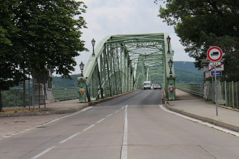 Inkomend aan Maria Valeria-brug tussen Hongarije en Slowakije van Slowaakse kant, de rivier van Donau, Esztergom/Ostrihom royalty-vrije stock fotografie