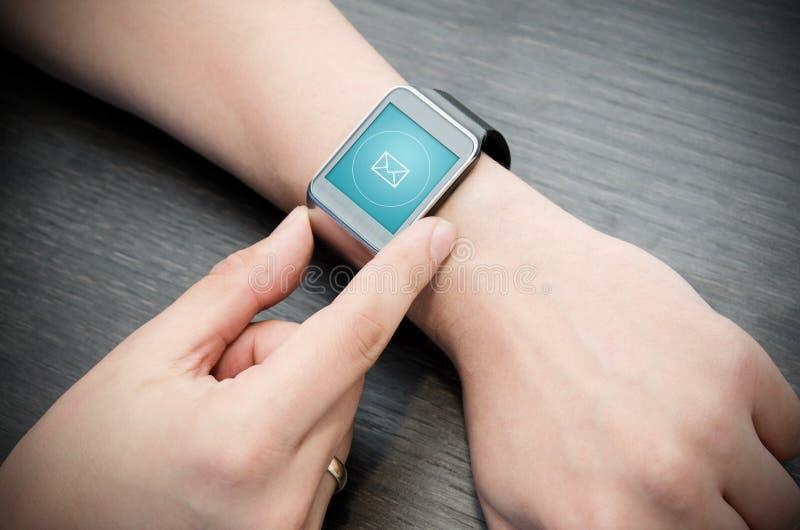 Inkomend berichtbericht op slim horloge stock fotografie