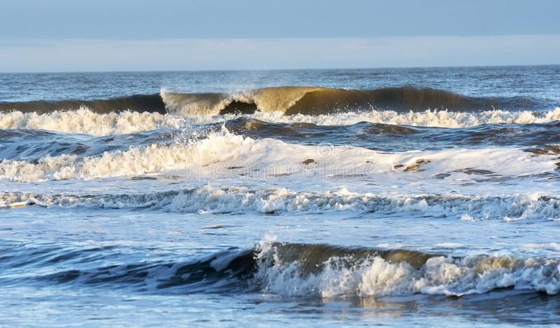 Inkomend hoge getijde en blauwe watergolven op Hilton Head Island, South Carolina stock fotografie