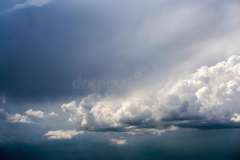 Inkomend onweer cloudscape bij maart-daglicht in continentaal Europa stock foto