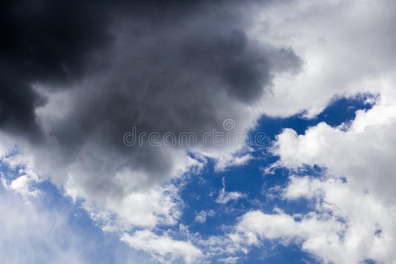 Inkomend onweersclose-up cloudscape bij maart-daglicht in continentaal Europa royalty-vrije stock fotografie