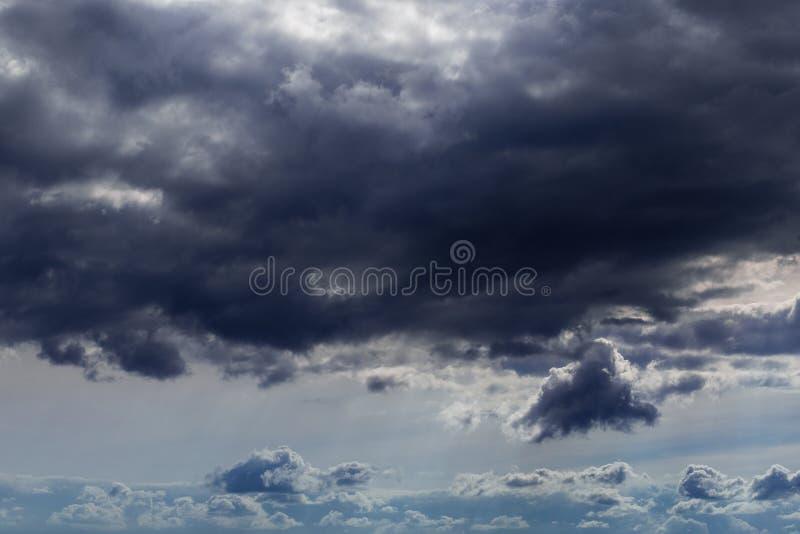 Inkomend onweersclose-up cloudscape bij maart-daglicht in continentaal Europa stock foto's