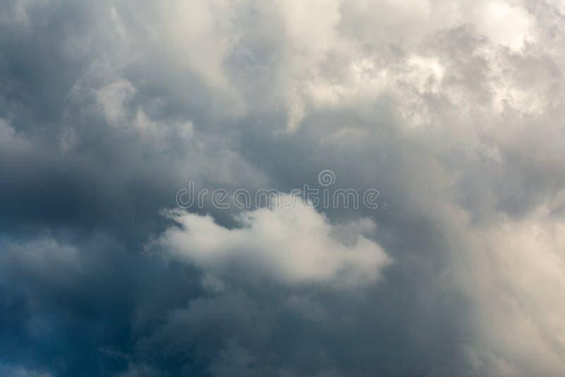 Inkomend onweersclose-up cloudscape bij maart-daglicht in continentaal Europa Gevangen met 105 mm-telelens stock afbeelding