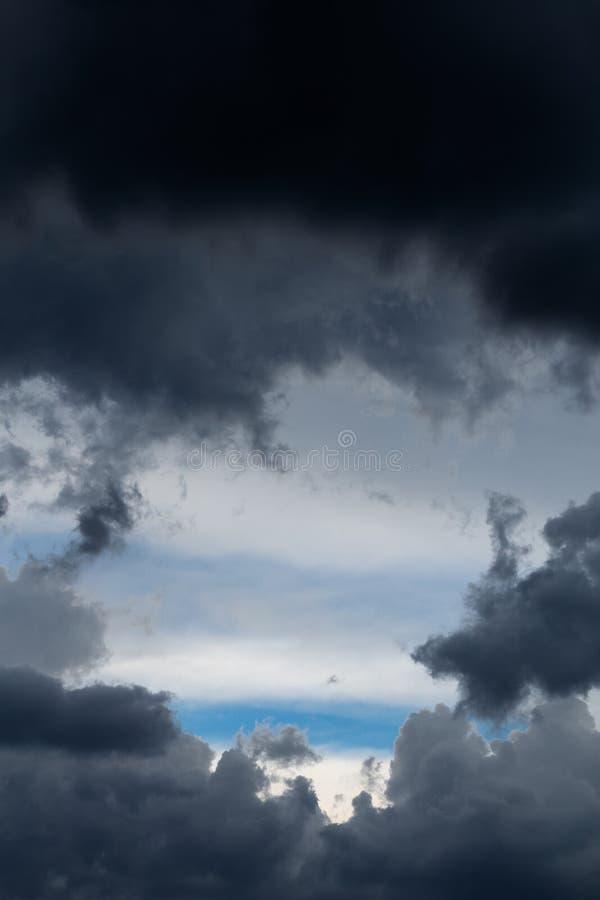 Inkomend onweersclose-up cloudscape bij maart-daglicht in continentaal Europa Gevangen met telelens stock fotografie