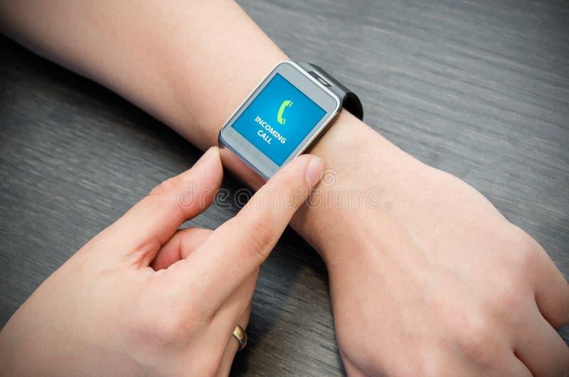 Inkomend vraagbericht op slim horloge stock afbeelding