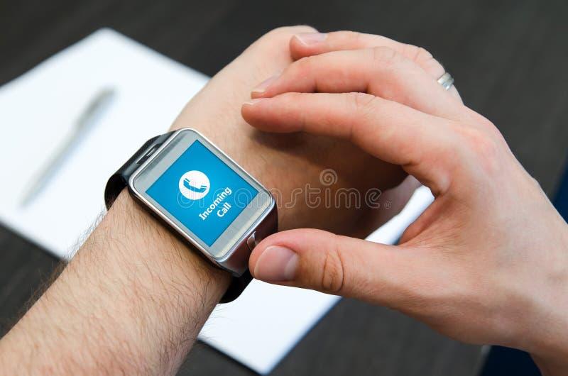 Inkomend vraagbericht op slim horloge royalty-vrije stock afbeeldingen