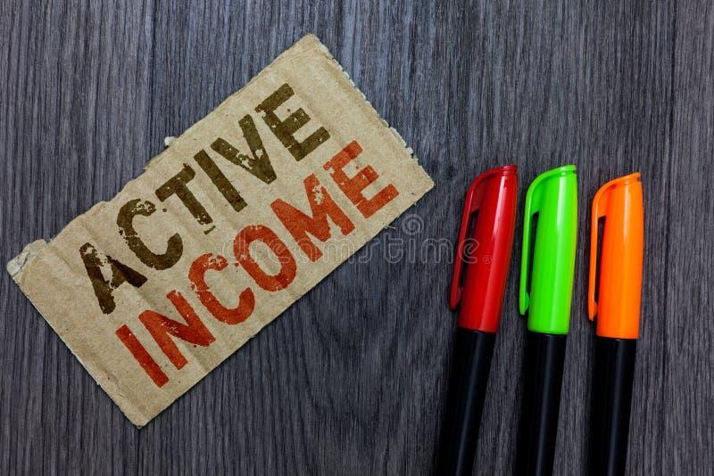 Inkomst för aktiv för ordhandstiltext Affärsidé för viktig Paperboard för spetsar för finansiella investeringar för royaltylönpen royaltyfria bilder