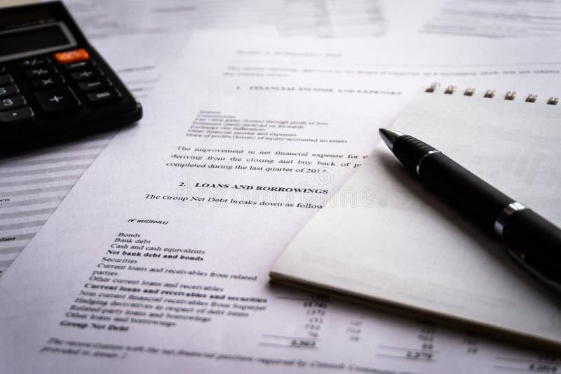 Inkomstmeddelande med detaljlistan av intäkter och kostnader, redovisningsbegrepp för affär royaltyfria bilder