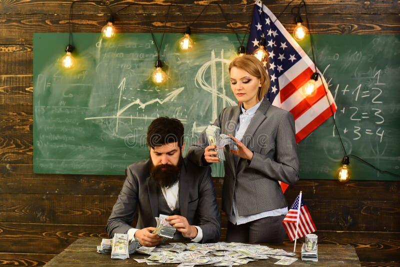 Inkomstplanläggning av politik för budget- förhöjning Amerikansk utbildningsreform på skolan i juli 4 skäggig man och kvinna med arkivbilder