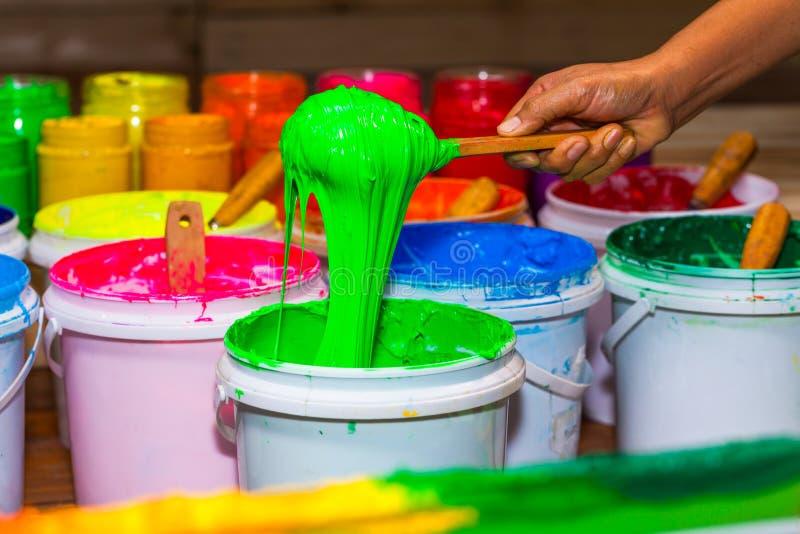 inkt de lepel groene kleur van plastisol uit het vat in opslag stock fotografie