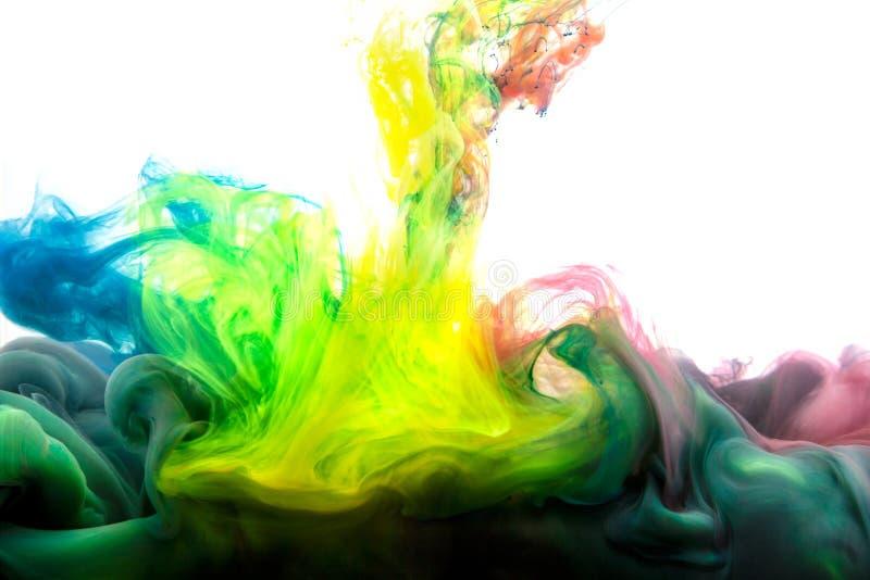 Inkt in water abstracte achtergrond Inkt die in water wervelen Inkt in water dat op witte achtergrond wordt geïsoleerd Kleurrijke stock afbeeldingen