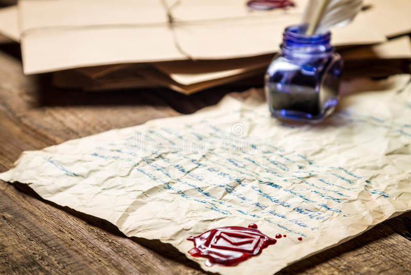 Inkwell με το andsealing κερί μπλε μελανιού στο υπόβαθρο του vintag στοκ εικόνες με δικαίωμα ελεύθερης χρήσης
