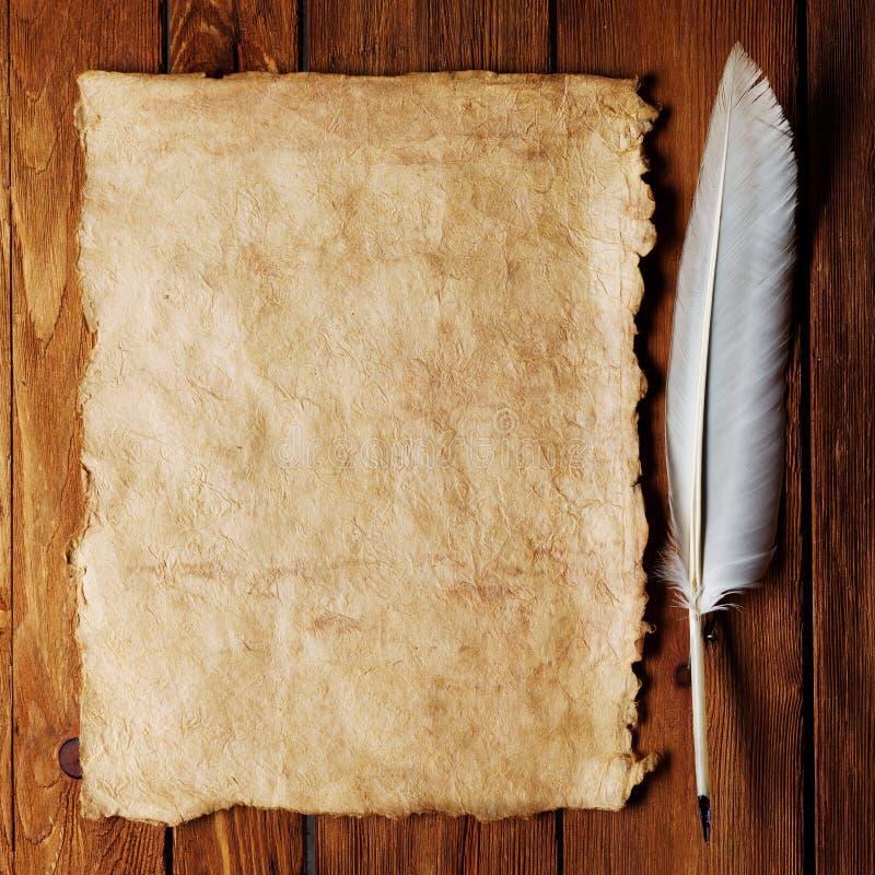 Inkwell y pluma en un papel viejo imagen de archivo