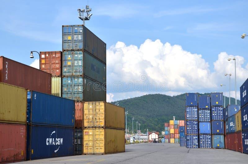 Inländischer Containerbahnhof, in dem Frachtbehälter zwischen Zug und LKW transshipped lizenzfreie stockfotos