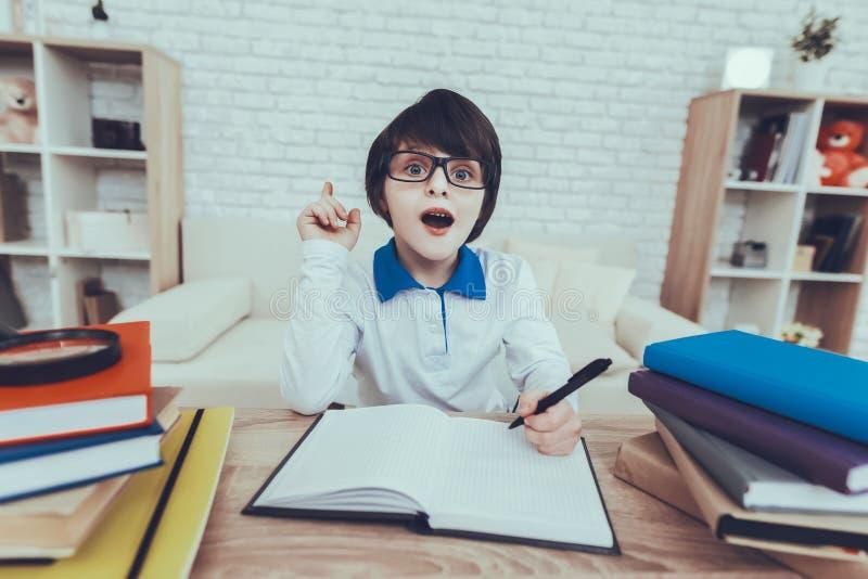 Inländisches Leben intelligent Gläser Junge Buch lizenzfreie stockfotos