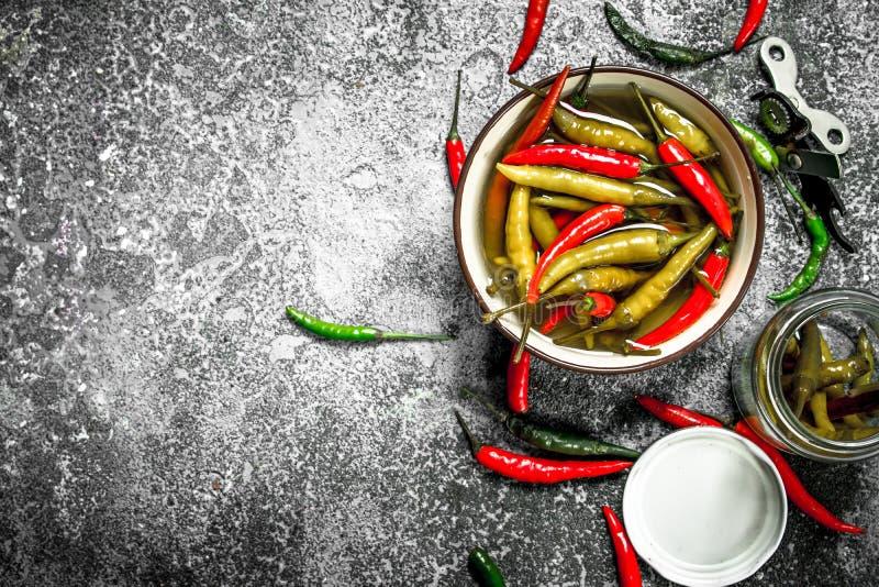 Inlagda chilipeppar i en bunke fotografering för bildbyråer