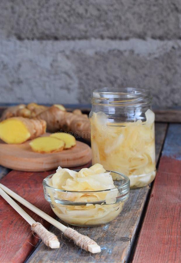 Inlagda ingefäraskivor och träpinnar Ingrediens för sushi sund mat Traditionell japansk smaktillsats fotografering för bildbyråer