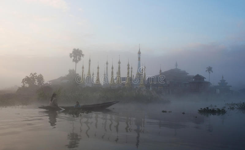 inle湖修道院缅甸塔掸人 免版税图库摄影