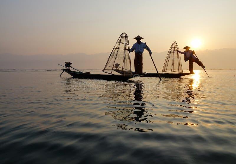 Inle湖的渔夫行动的,当钓鱼时 免版税库存照片