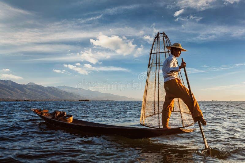 Inle湖的,缅甸传统缅甸渔夫 库存图片