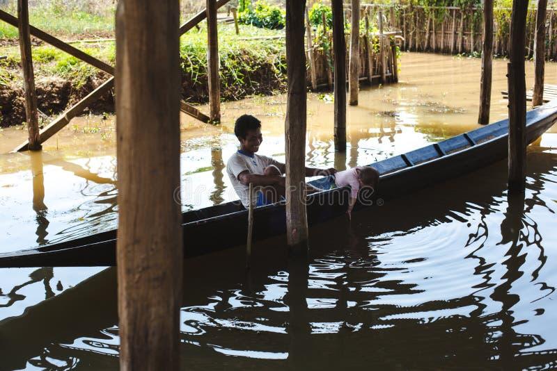 Inle湖,缅甸:2014年2月25日:Intha人、人和儿童ro 免版税库存照片