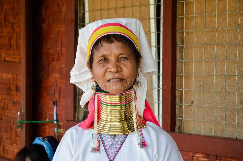 INLE湖,缅甸2016年9月25日:Padaung `长的收缩的`妇女,佩带传统金属敲响在她的脖子上,编织 免版税库存图片