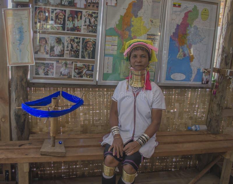 Inle jezioro, Myanmar, Listopad 10, 2014 dziewczyna z Złotymi pierścionkami na szyi obrazy royalty free