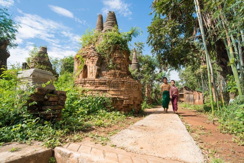 INLE-MEER, MYANMAR - OKTOBER 06 2014: Birmaanse kinderen bij Indein-dorp, Inle-meer, Myanmar stock foto's