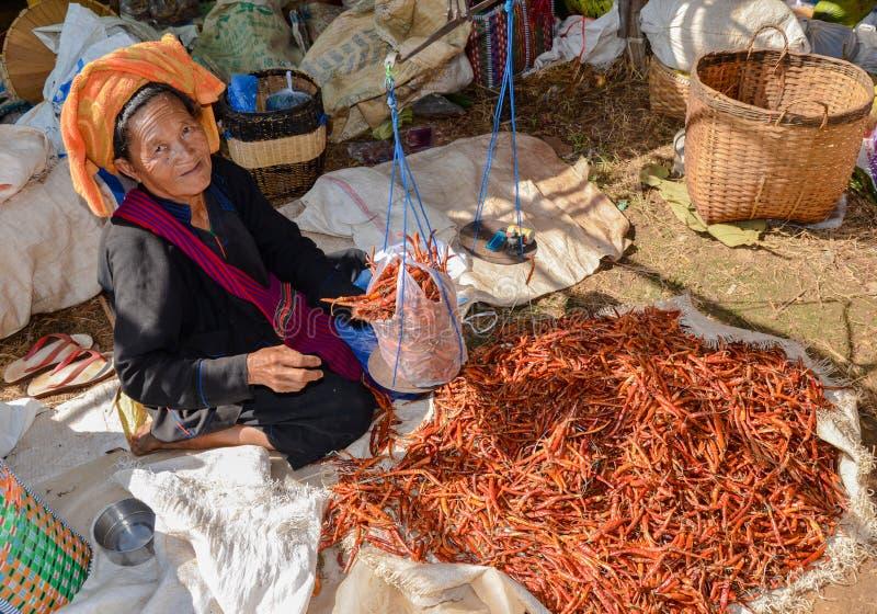 INLE-MEER, SHAN-STAAT, MYANMAR- 23 SEPTEMBER, 2016: Birmaanse vrouw die verse en droge producten verkopen bij de Vrijdagmarkt royalty-vrije stock foto's