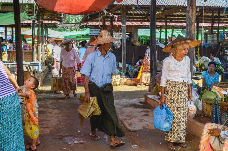 INLE-MEER, SHAN-STAAT, MYANMAR- 23 SEPTEMBER, 2016: Plaatselijke bewoners die en verse en droge producten verkopen kopen bij de V royalty-vrije stock afbeeldingen