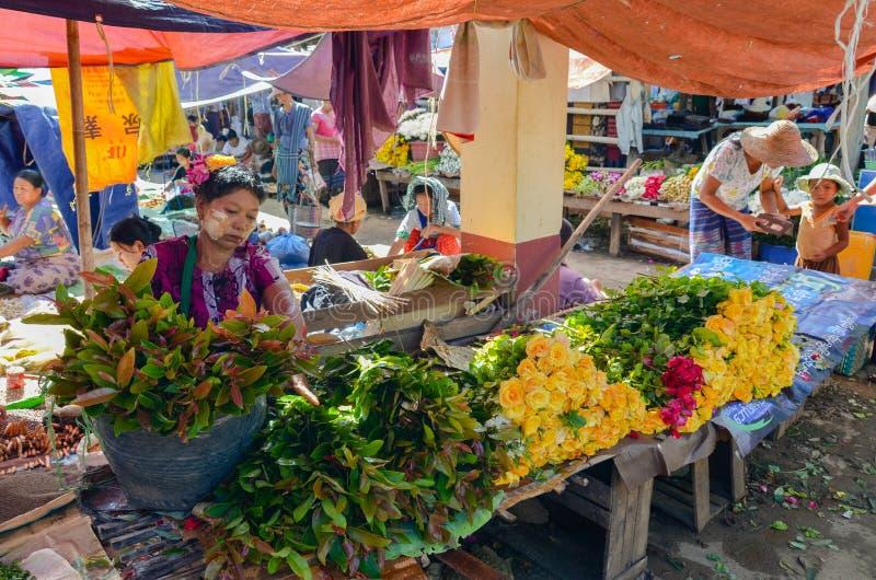 INLE-MEER, SHAN-STAAT, MYANMAR- 23 SEPTEMBER, 2016: Plaatselijke bewoners die en verse en droge producten verkopen kopen bij de V stock foto