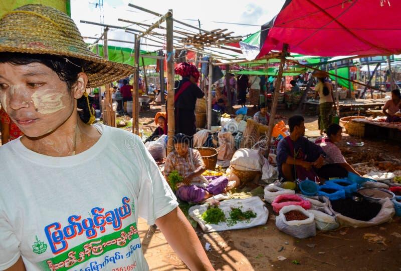 INLE-MEER, SHAN-STAAT, MYANMAR- 23 SEPTEMBER, 2016: Plaatselijke bewoners die en verse en droge producten verkopen kopen bij de V stock afbeeldingen