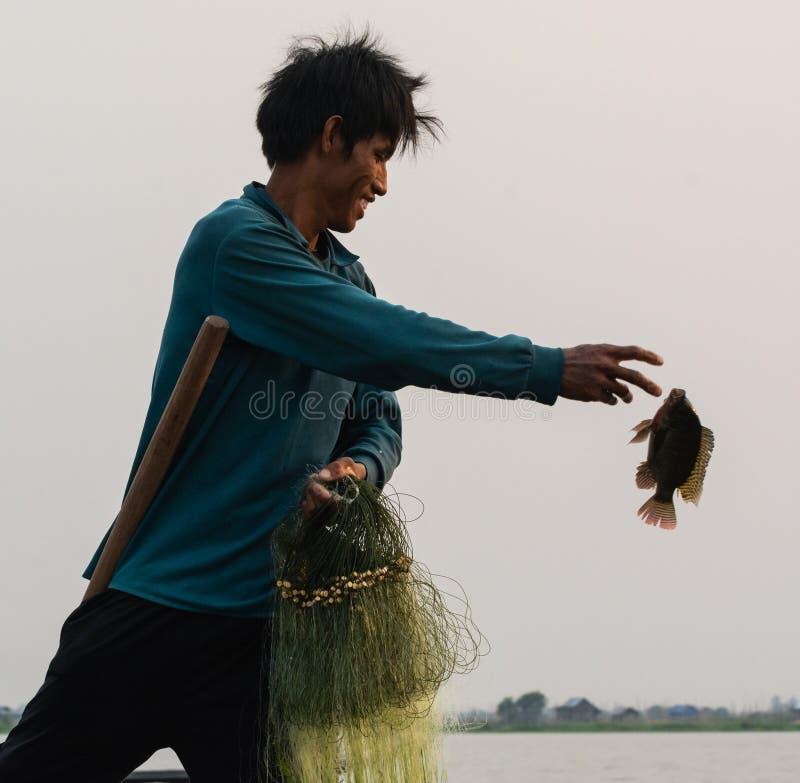 Inle, Myanmar - em março de 2019: Pescador tradicional do enfileiramento do pé do birmanês no lago Inle foto de stock