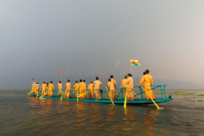 Inle, Myanmar - mars 2019 : Concurrence birmanne traditionnelle de course de bateau à rames de jambe pendant le Phaung Dawat au l image stock
