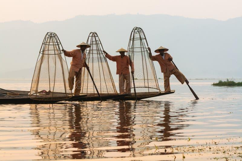 Inle Myanmar, Marzec, - 2019: trzy tradycyjnej Birmańskiej nogi wioślarskiego rybaka przy Inle jeziorem obraz royalty free
