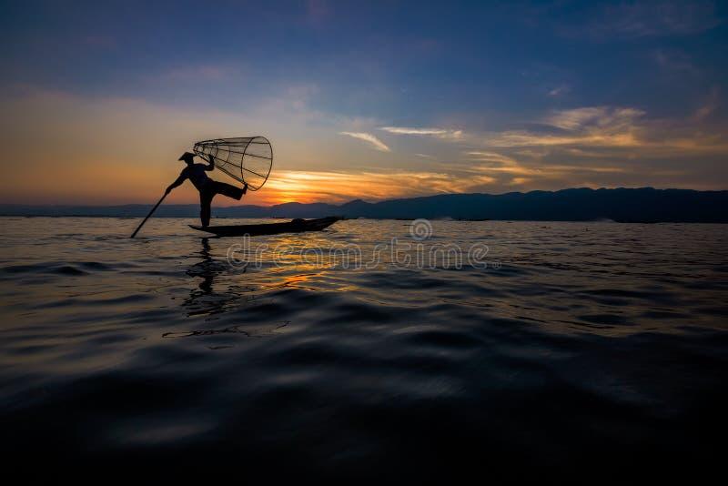 Inle See-traditioneller Fischer lizenzfreie stockfotos