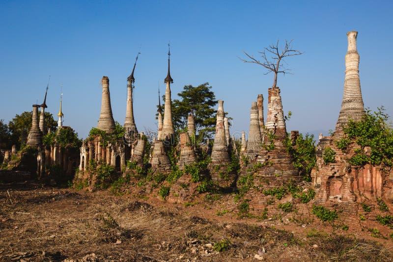 Inle sjö, Myanmar: FEBRUARI 25, 2014: Forntida Stupas på Indein, Inle arkivfoton