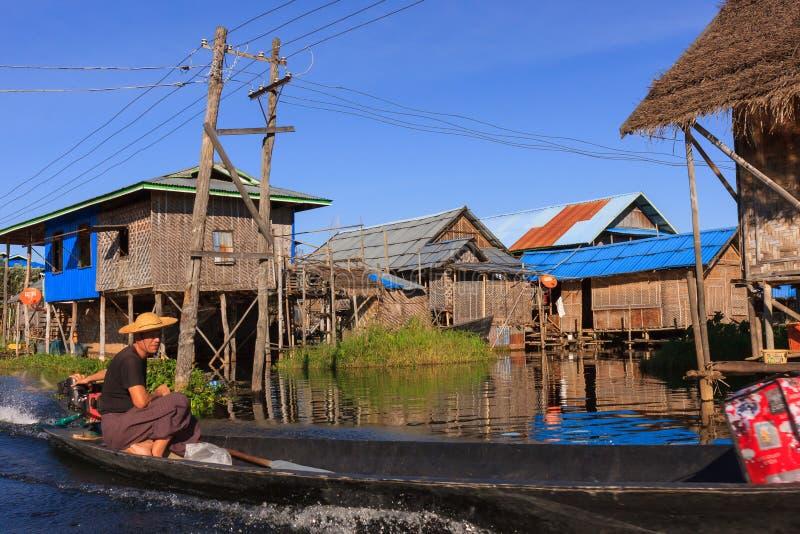 Inle sjö, Myanmar, November 20 2018: Det enda transportmedlet runt om de sväva byarna av Inle sjön är förbi arkivfoton
