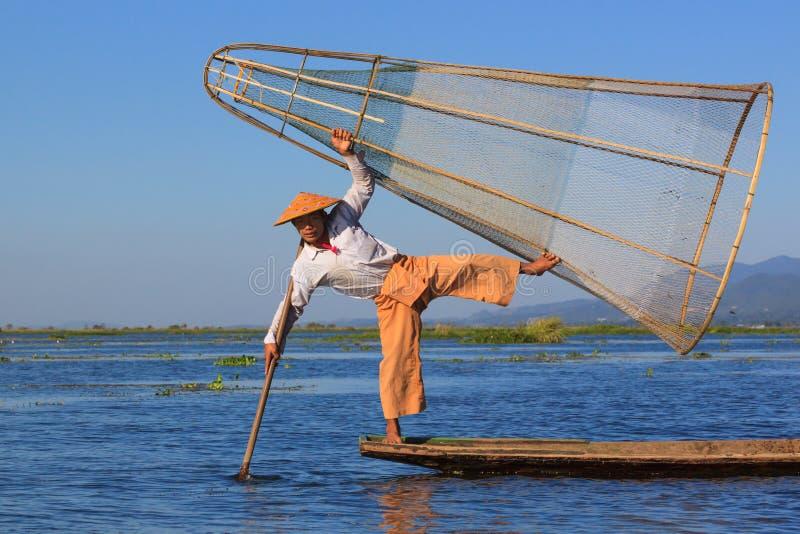 Inle sjö, Myanmar, November 20 2018 - fiskaren som kläs för turister, lokala fiskare, klär inte eller fiskar som denna arkivbild