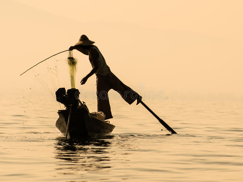 Inle sjö Myanmar - traditionell burmese fiskare royaltyfria foton