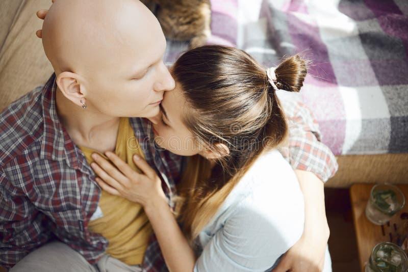 Inloved-Leute zeigen zarte Gefühle für einander, Frau, die liebevoll ist, einen Mannkasten durch die Hand berührend und berühren  lizenzfreies stockbild