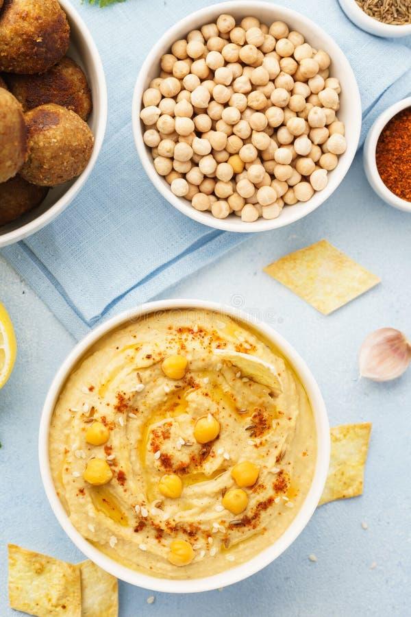 Inmersión de Hummus con los microprocesadores, la pita y el falafel Alimento sano foto de archivo