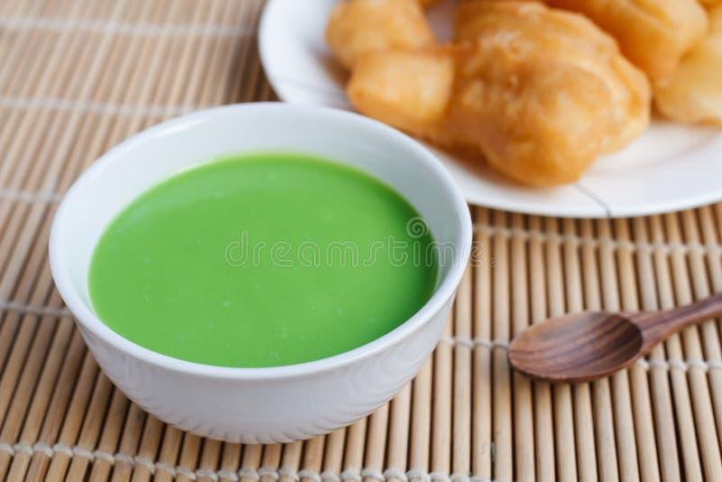Inmersión de las natillas del coco de Pandan y barra de pan china fotos de archivo